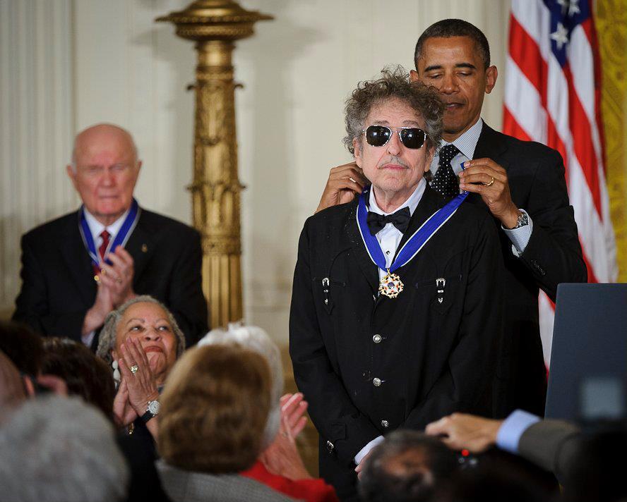 Bob Dylan ontvangt de Medal of Freedom van Barack Obama, mei 2012 (Publiek Domein - wiki)