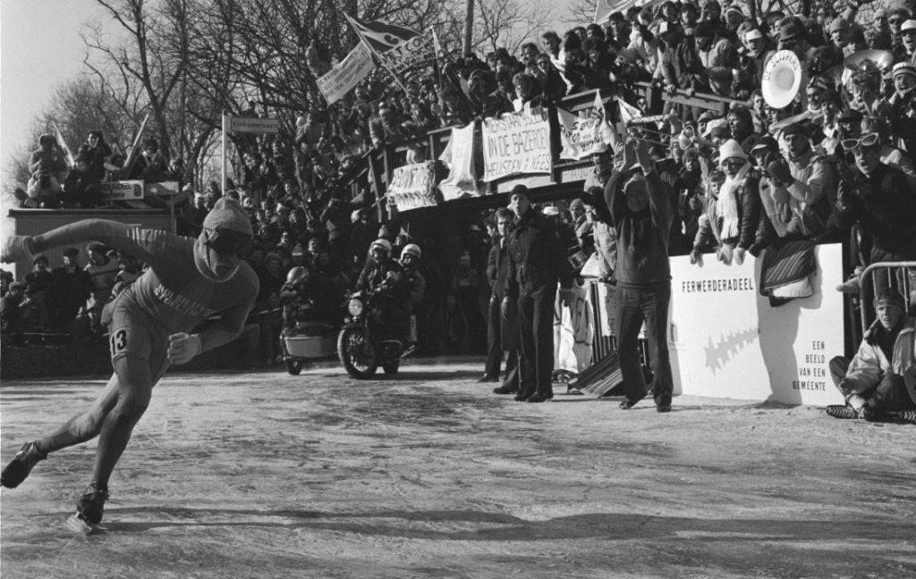 Evert van Benthem tijdens de Elfstedentocht van 1986 (CC0 - Bogaerts, Rob / Anefo - wiki)