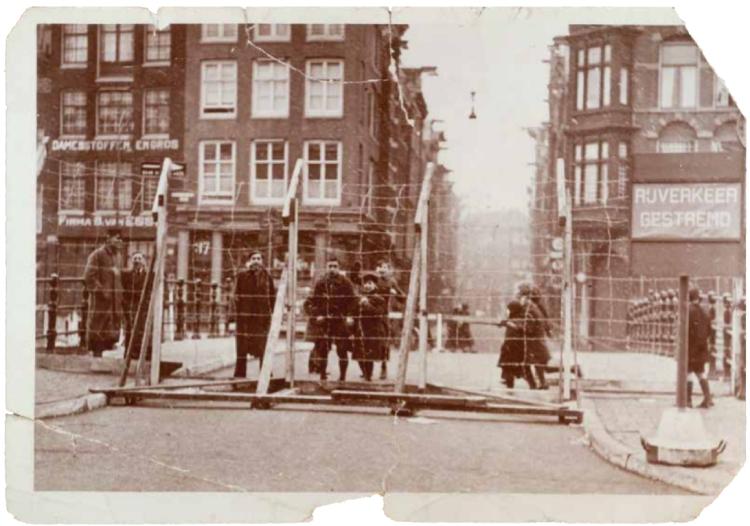 Amsterdam, februari 1941. Prikkeldraadversperring op de Bushuissluis over de Kloveniersburgwal.