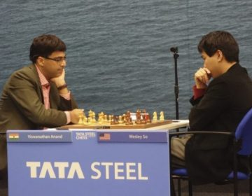 Viswanathan Anand tegen Wesley So tijdens het Tata Schaak-toernooi in 2018 (CC BY-SA 4.0 - Vysotsky - wiki)