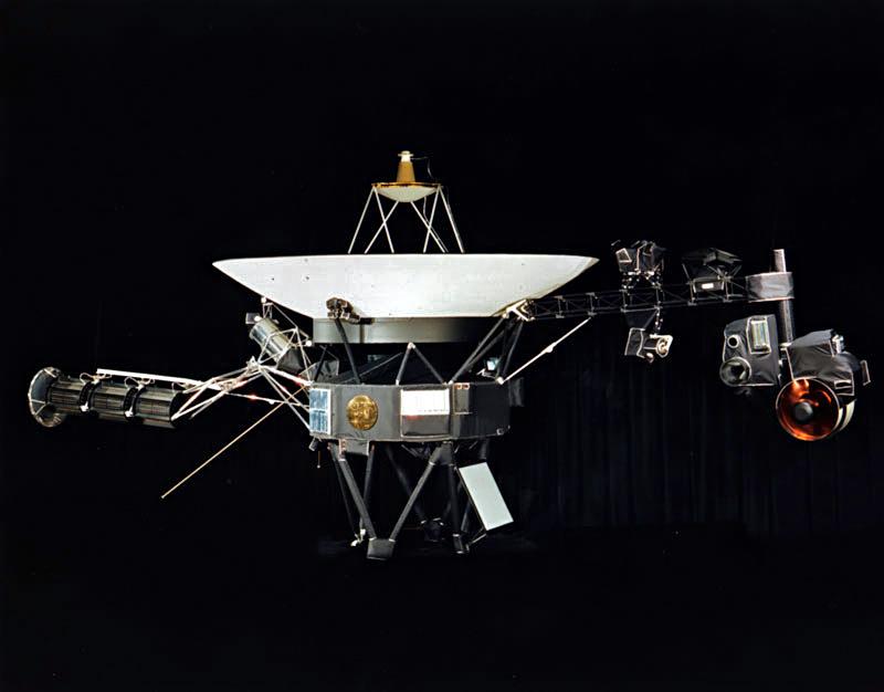 Voyager 1 met daarop duidelijk de Gouden Plaat te zien (Publiek Domein - NASA - wiki)