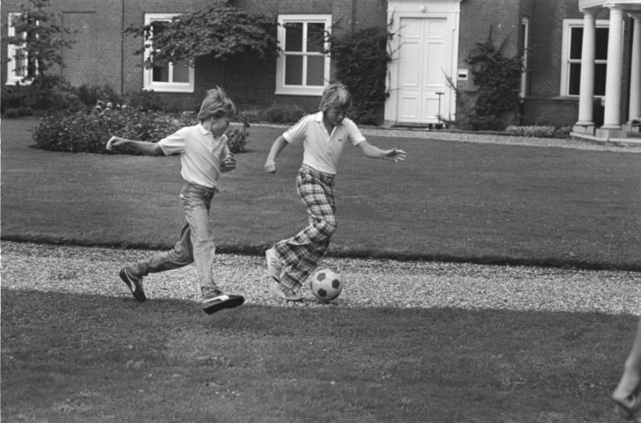 Prins Constantijn en Johan Friso voetballen in de tuin van Paleis Huis ten Bosch tijdens een fotouurtje voor de pers, 17 augustus 1982 (CC0 - Rob Croes / Anefo)