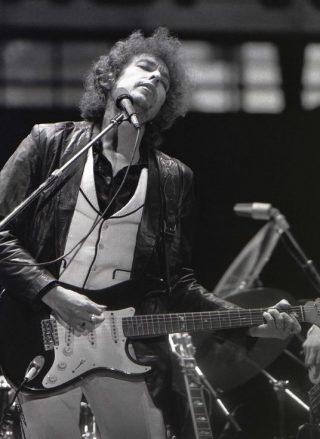Bob Dylan tijdens een optreden in Nederland, 23 juni 1978 (CC BY-SA 2.0 - Chris Hakkens - wiki)