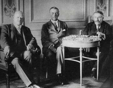 Gustav Stresemann, Austen Chamberlain en Aristide Briand tijdens de onderhandelingen voor het Verdrag van Locarno (CC BY-SA 3.0 de - Bundesarchiv)