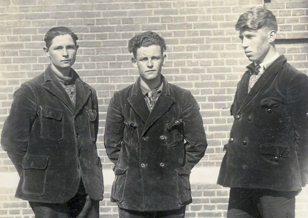 Foto van drie dienstweigeraars in Veenhuizen op de dag van de vrijlating, maart 1936 (Collectie Gevangenismuseum)