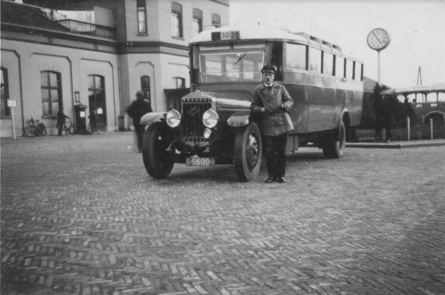 Chauffeur Anton Martin Frerichs bij de bus op het station in Assen, circa 1935 (Collectie Gevangenismuseum)
