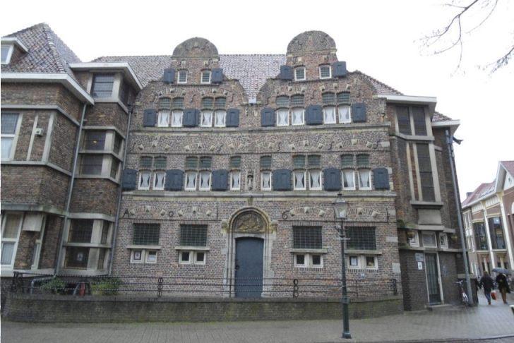 De Latijnse school te Venlo met voorgevel uit 1611 (CC BY-SA 4.0 - Sloddervos)
