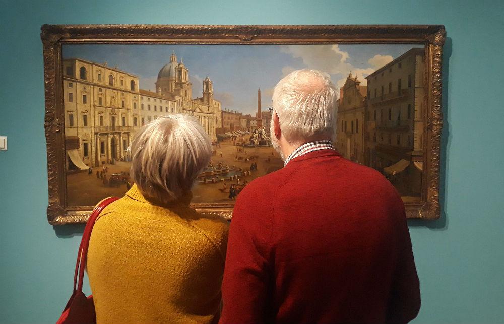 Een echtpaar bekijkt een werk van Caspar van Wittel tijdens de tentoonstelling bij Kunsthal KAdE - Foto: Historiek, 2019