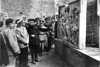 Ranuccio Bianchi Bandinelli (r) geeft Hitler en Mussolini uitleg bij een beeldhouwwerk, 1938 (Publiek Domein - wiki)