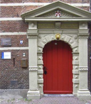 Toegangspoort van de Latijnse school van Leiden (CC BY-SA 4.0 - Jürgen Eissink - wiki)