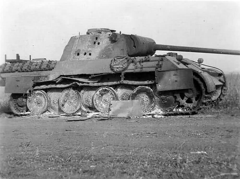 Een vernietigde Duitse Panther-tank (Ausf. D) met meerdere granaatinslagen. De zijkant van de koepel was redelijk zwak gepantserd (45mm). Ook de zijkant van de romp (45-50mm) was kwetsbaar. Bron afbeelding: publiek domein.