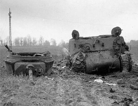 Een uitgeschakelde M4A3E2 nabij Lohn (Duitsland) in 1944. De tank werd volgens een bron geraakt door vier granaten uit het Duitse 8.8 cm (88mm FlaK) geschut (een andere bron stelt dat de tank door meer granaten geraakt werd). Een treffer (aangeduid als '9') doorboorde de telescoop. De commandant van de tank zou ene Lt. Thornell zijn. Het voertuig zou om tien minuten voor negen uitgeschakeld zijn door Duits antitankvuur. Bron afbeelding: publiek domein.