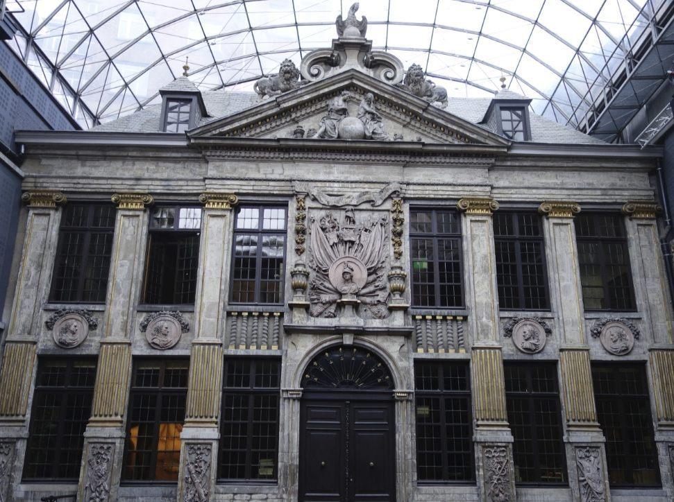 Het Bellonahuis met de glazen overkoepeling. (CC0 - Karmakolle - wiki)