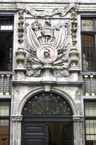 Beeldhouwwerk van Jan Cosijn boven de toegangsdeur. (CC BY-SA 3.0 - Michel wal - wiki)
