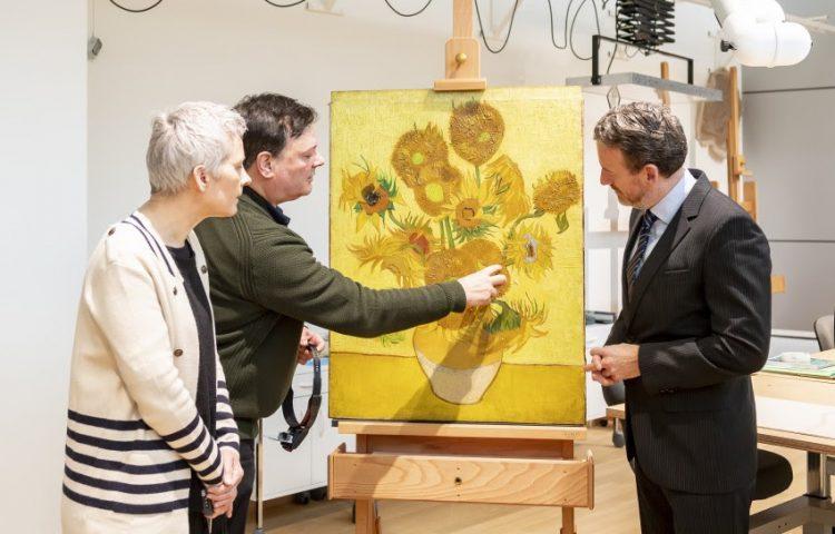 Axel Rüger (directeur) bij 'Zonnebloemen' in het restauratieatelier, samen met Ella Hendriks en René Boitelle (restauratoren) - Foto: Jan-Kees Steenman - Van Gogh Museum