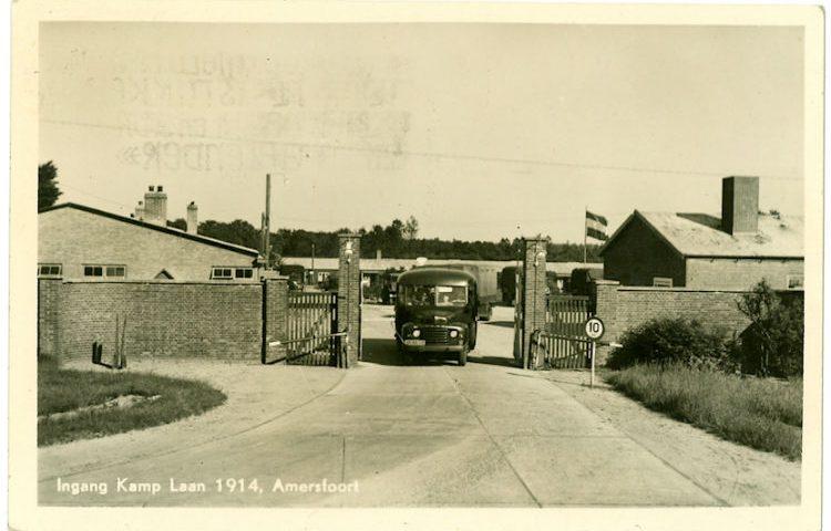 De toegangspoort op een ansichtkaart uit 1914 (Kamp Amersfoort)