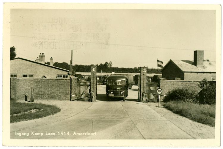 De toegangspoort op een oude ansichtkaart (Kamp Amersfoort)