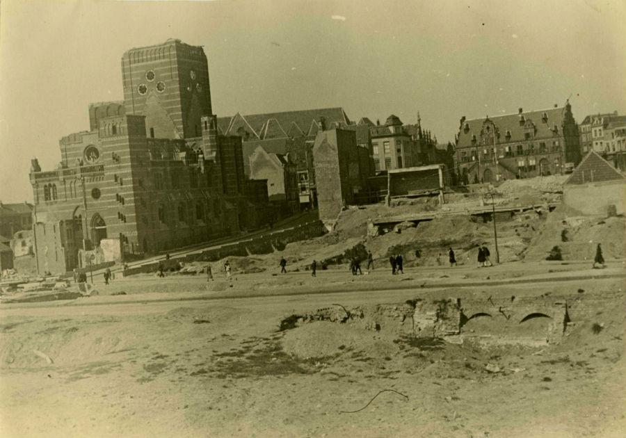 Straatbeeld met de verwoestingen van het bombardement van 22 februari. Links de gehavende St. Augustinuskerk, rechts op de achtergrond het Waaggebouw (cc - Regionaal Archief Nijmegen - Europeana)
