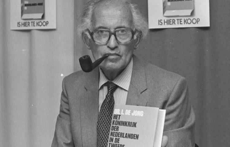 Loe de Jong met boek 11c, 1986 (CC0 - Roland Gerrits / Anefo)