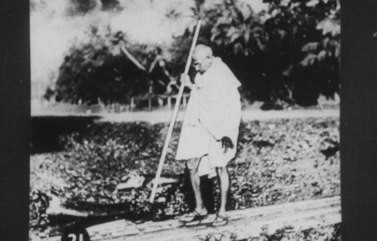 Gandhi in Noakhali, 1946 (Publiek Domein - wiki)
