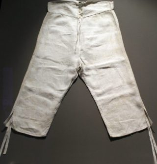 Knielange onderbroek uit circa 1800 (CC BY 3.0 - Anagoria - wiki)