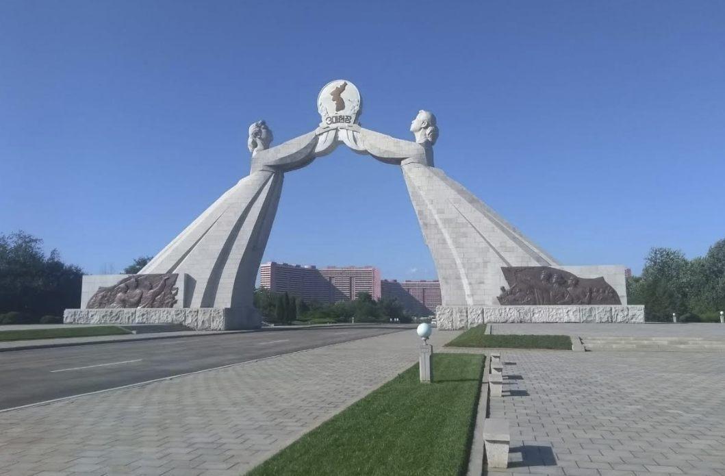 De 'Herenigingsboog' boven de zuidelijke toegangsweg van Pyongyang symboliseert het Noord-Koreaanse verlangen naar Koreaanse eenheid. (Foto: André Horlings)