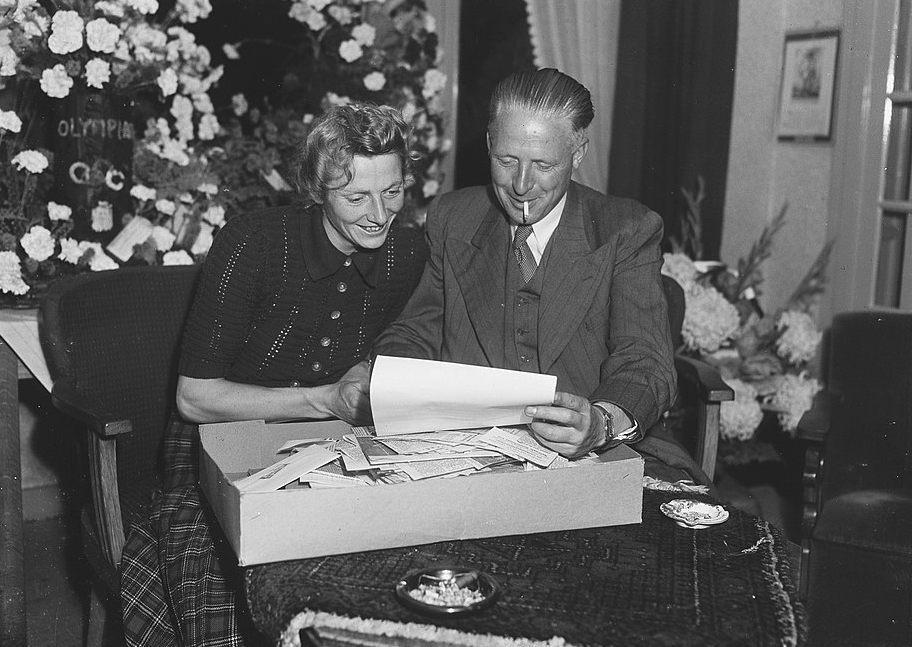 Fanny Blankers-Koen en haar man Jan (die in 1949 haar biografie schreef). - CC0 - Anefo - Snikkers - wiki