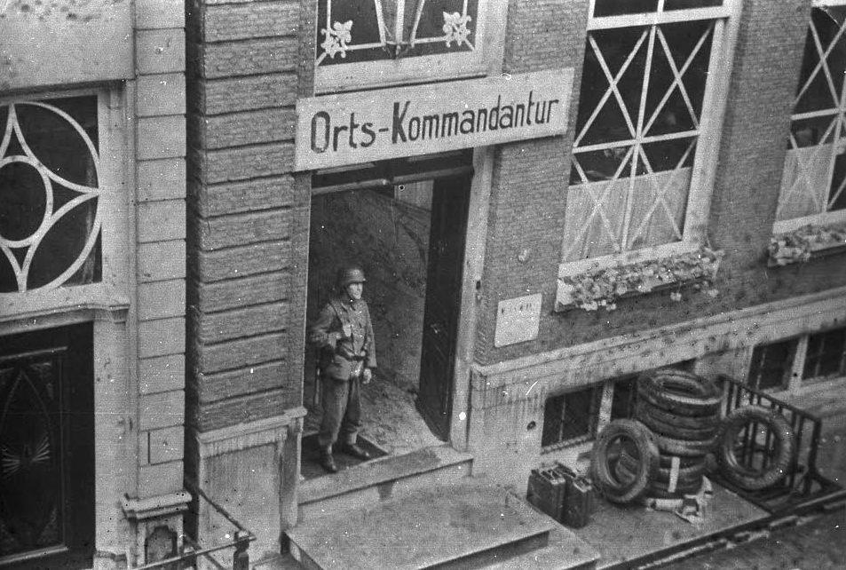 Het Drechterlandse Huis in Hoorn, omgevormd tot Ortskommandantur - Foto boek (Westfries Archief, collectie Osinga)