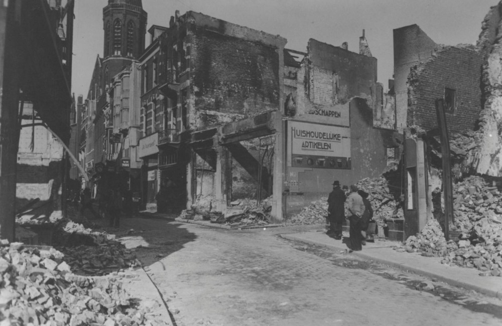 Bombardement op Nijmegen - Door bombardementen verwoeste panden in de Broerstraat gezien vanuit de Korte Molenstraat. (CC BY-SA 4.0 - J.F.M. Trum, Fotopersbureau Gelderland - wiki)