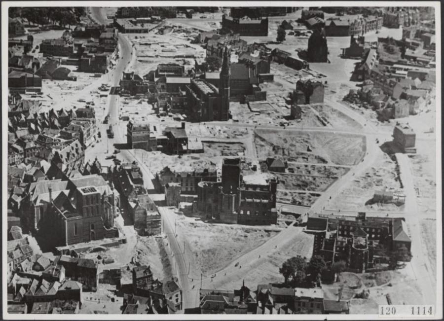 Politiefoto uit 1945: op de voorgrond het vooral in februari '44 gebombardeerde centrumdeel; de meeste gebouwen op de achtergrond zijn pas later verwoest tijdens Operatie Market Garden (september 1944) (Publieik Domein - wiki)