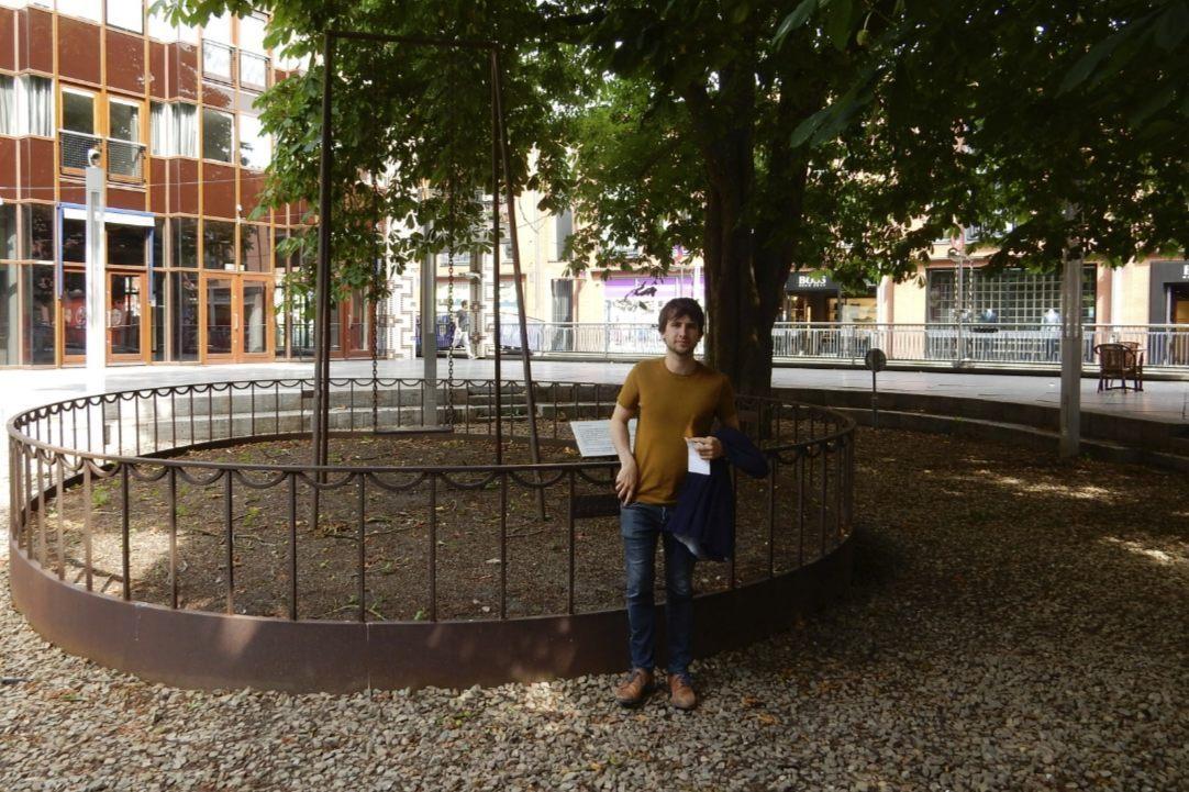 Pieter Serrien Aan het indrukwekkende monument voor de kindslachtoffers.