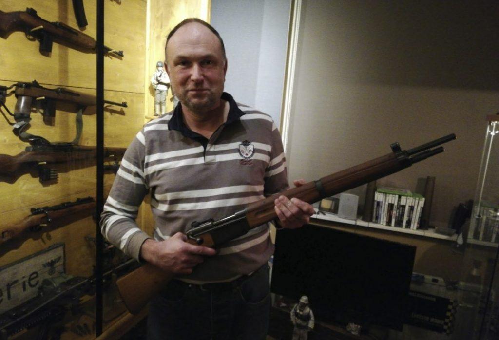 Joost Klaassen met een van de geweren uit zijn collectie - Foto: Enne Koops