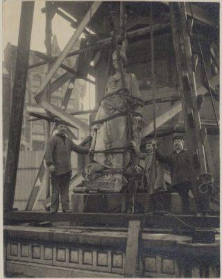 Op 8 april 1914 wordt Naatje weggetakeld (Publiek Domein - wiki)