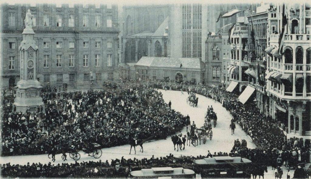 Bezoek van koningin Wilhelmina en prins Hendrik aan Amsterdam, met links het monument (Publiek Domein - wiki)
