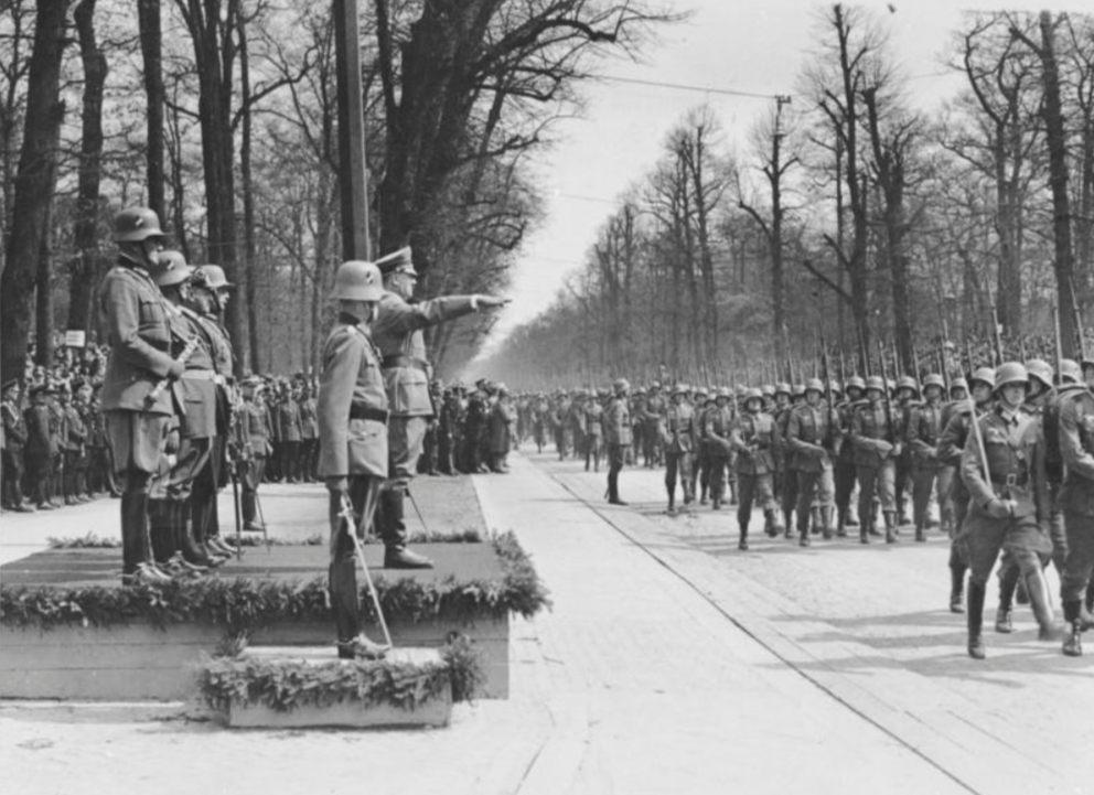 Parade ter gelegenheid van de verjaardag van Adolf Hitler, 20 april 1936 (cc - Bundesarchiv)