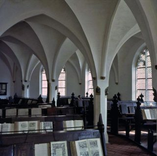 De in 1561‑1564 in de middeleeuwse traditie gebouwde Librije in Zutphen waar oude boeken nog als kostbaar bezit aan de ketting liggen. (afb. boek)
