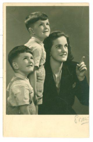 De kinderen met hun moeder - © Familie Van den Brempt