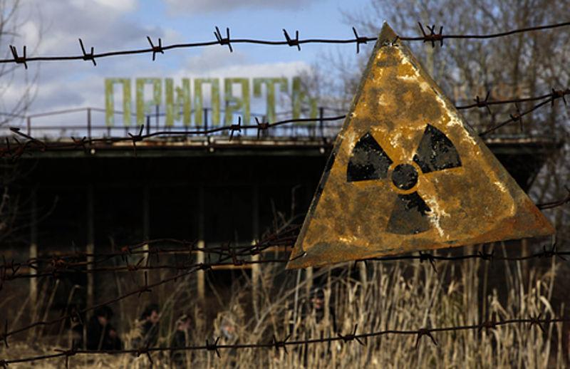 Een bord dat waarschuwt voor radioactiviteit bij een café in Pripyat - Publiek domein - wiki