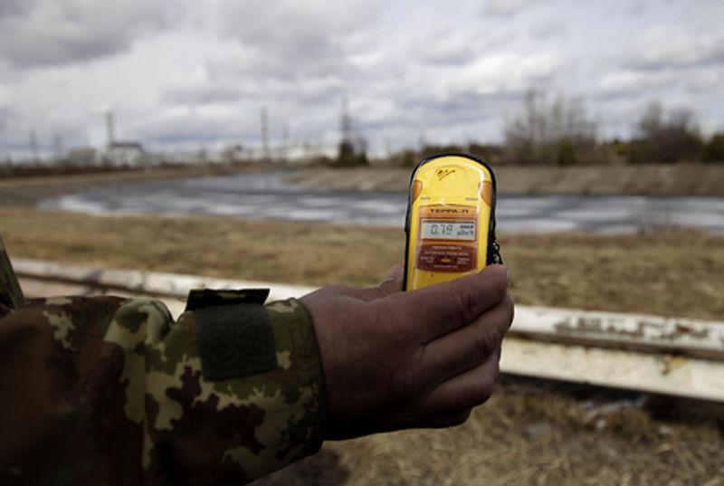 De radioactiviteit in Tsjernobyl wordt gemeten. Bron: Publiek domein.