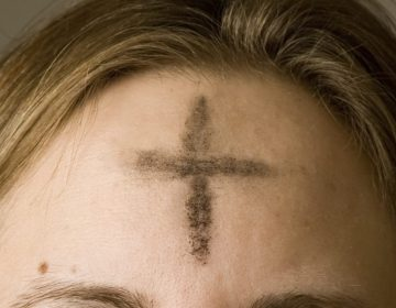 Aswoensdag - Askruisje op het voorhoofd van een gelovige (Publiek Domein - wiki)