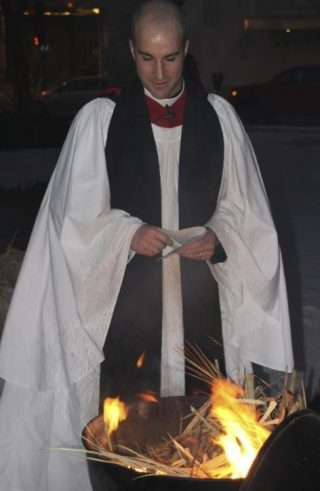 De as is afkomstig van verbrande takken die met Palmpasen zijn gebruikt (GFDL 1.2 - Jonathunder - wiki)