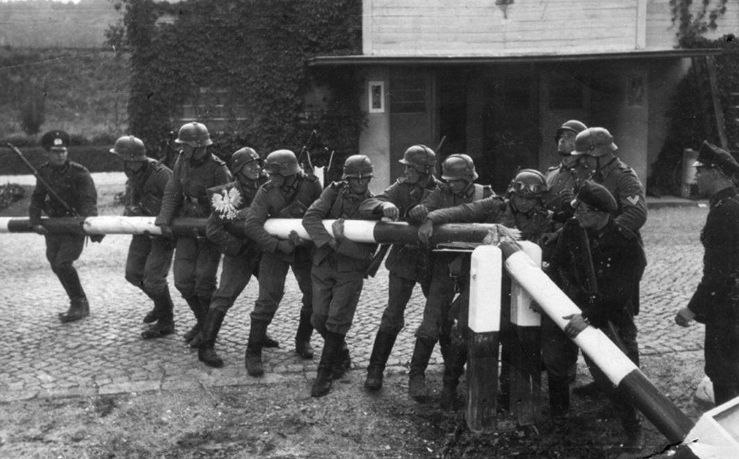 Duitse troepen vernielen een slagboom voor een grens tussen Polen en Duitsland (Publiek Domein - wiki)
