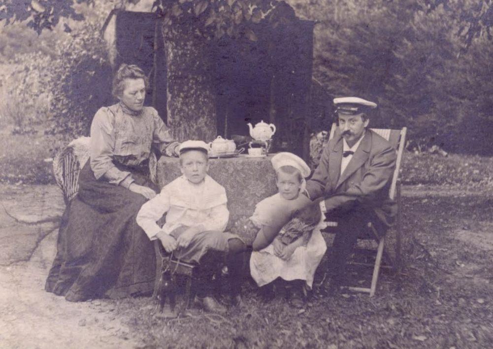 Foto's van het gezin Hondius in de zomer van 1903, genomen in de tuin van hun eerste huis in Veenhuizen. Het gezin woont dan ruim een half jaar in Veenhuizen.