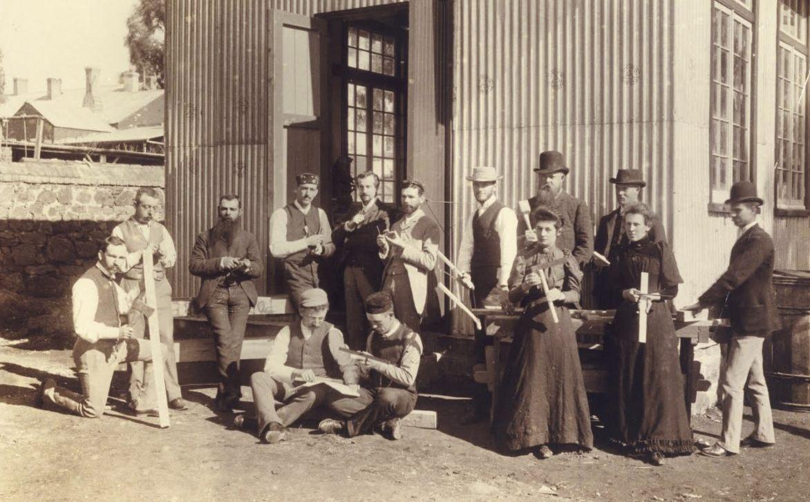 Foto van de Slöjd-voordracht in 1893. Frans staat voor de open deur. Emilie staat linksonder.