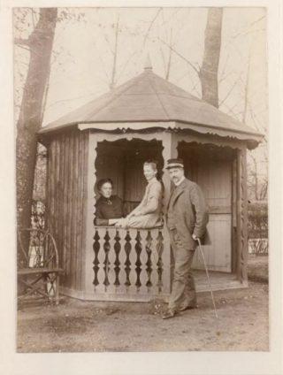 """Emilie, Sigrid en Frans in de tuin van hun woning (vermoedelijk """"Arbeid Adelt"""") in de zomer van 1910."""