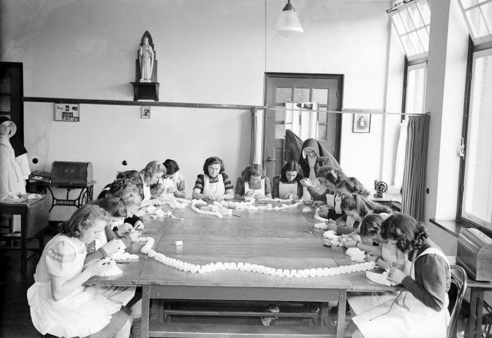 Leerlingen bezig met een naaicursus, Internaat Mariënburg, Sint Janssingel, 1948, 's- Hertogenbosch, - Foto: Collectie Erfgoed 's-Hertogenbosch, Fotopersbureau Het Zuiden, id.nr.0016541