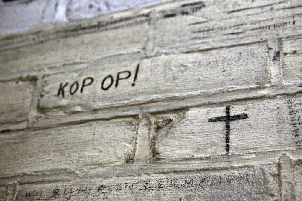 Inscriptie in Doodencel 601 - Foto: Herinneringscentrum Oranjehotel