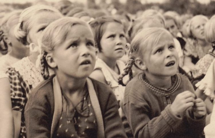 Detail van de cover van 'Hitlers jongste hoop'