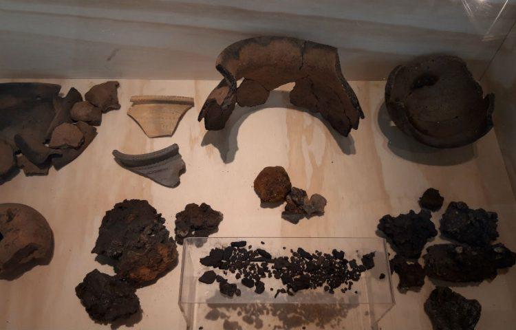 Vondsten te zien in CODA - Onder meer twee ijzerslakken, wolf en een ovenwandfragment uit de achtste eeuw (Foto Historiek)