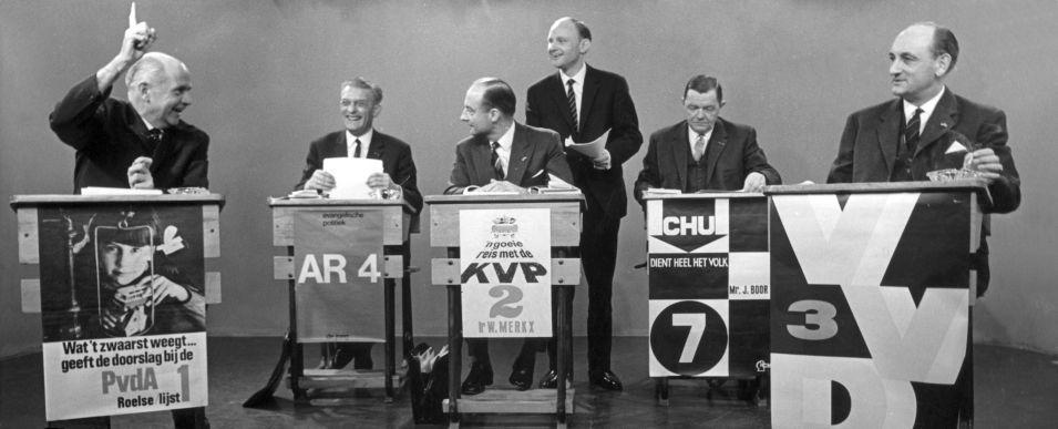 Verkiezingsdebat op televisie met vlnr de fractieleiders Nederhorst, Roelvink, Schmelzer, interviewer Ferry Hoogendijk, Beernink en Toxopeus in AVRO's Televizier, 22 maart 1966 (CC BY-SA 3.0 NL - Anefo - Kroon - Spaarnestad - wiki)